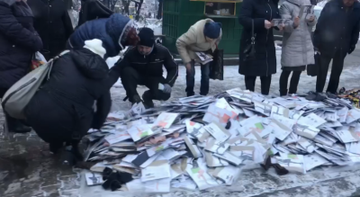 Бізнес по-чернівецьки: мережу розсмішило відео, як на тротуарі розбирають колготки