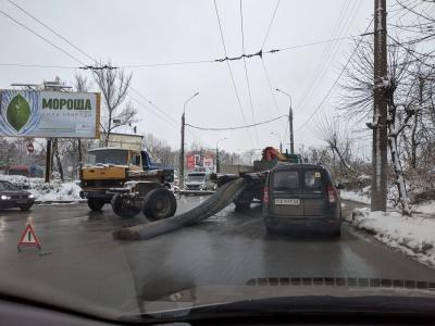 ДТП в Чернівцях у районі Кемпінгу: з причепа випав вантаж