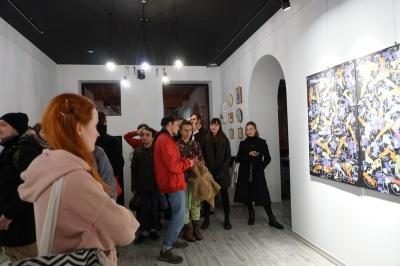 У Чернівцях художник відкрив незвичну виставку картин з поліетилену - фото