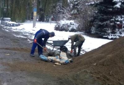 Гроші на вітер: Каспрук показав, як у Чернівцях проспект ремонтують у сніг - фото