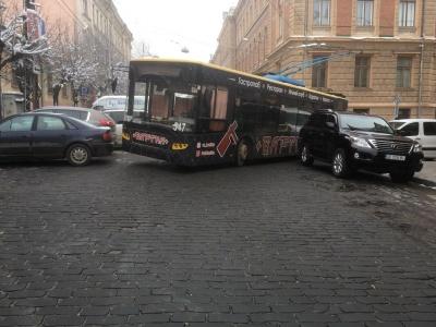 У центрі Чернівців утворився значний затор через припарковані автівки - фото