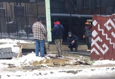 У Чернівцях робітники у морозну погоду стелять бруківку і ремонтують дороги - фото