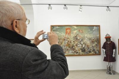 У Чернівцях у «Вернісажі» відкрили виставку військово-історичного живопису - фото