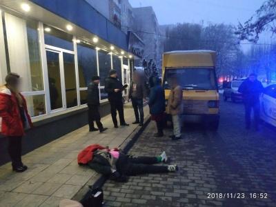 У Чернівцях вантажівка посеред тротуару збила на смерть пішохода - фото