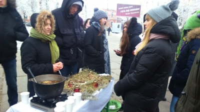 Суп з шишок, полину та «коржики» з льону: у Чернівцях провели незвичну акцію для вшанування жертв Голодомору - фото