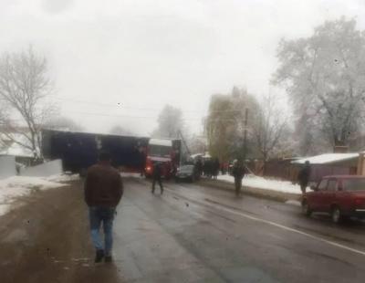 На Буковині через ожеледицю вантажівку розвернуло посеред дороги - фото