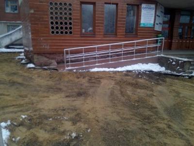 Черговий комунальний скандал: у Чернівцях в мороз розкопали бетонні плити біля дитячої поліклініки