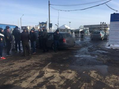 На Буковині група людей блокує пункт пропуску на кордоні з Румунією - фото