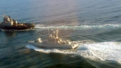 Росіяни обстріляли український корабель, є поранений