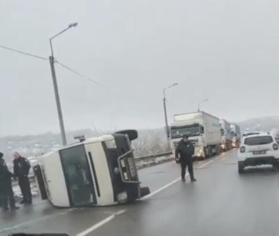 Неподалік Чернівців через слизьку дорогу перекинувся мікроавтобус