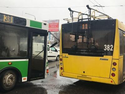 У Чернівцях на слизькій дорозі маршрутка зіткнулась із тролейбусом - фото