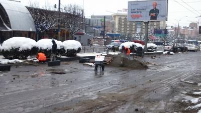 Роботи не припиняються: у Чернівцях робітники на проспекті продовжують класти бордюри - фото