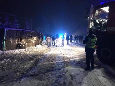 На трасі «Чернівці–Косів» перекинувся автобус з 20-ма пасажирами - фото