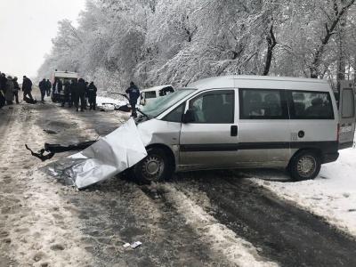 На Буковині зіткнулися дві автівки: двоє людей загинули - фото