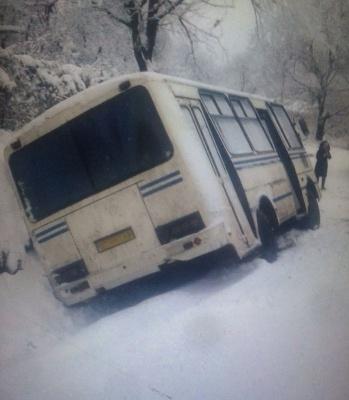 На Буковині на слизькій дорозі перекинулась маршрутка - фото