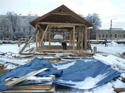 У Чернівцях робітники облаштовують Будиночок Казкаря - фото