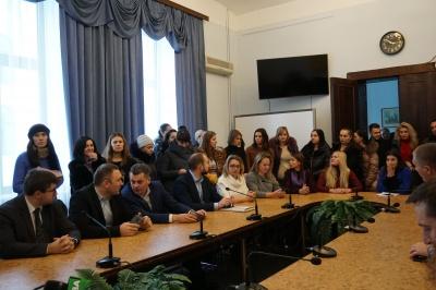 Скандал у пологовому будинку: як чернівчанки намагалися захистити Гошовського - відео