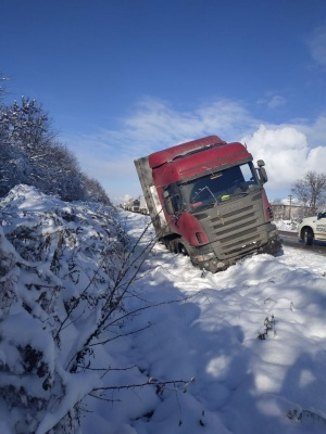 Негода на Буковині: фура з'їхала з дороги - фото
