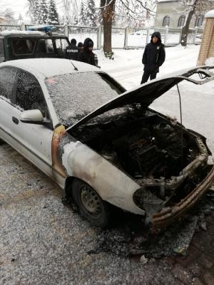 У Чернівцях невідомі спалили автомобіль іноземця: поліція відкрила провадження - фото