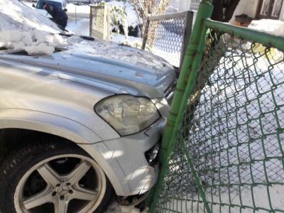 Не міг пояснити нічого: п'яний водій врізався в огорожу в центрі Чернівців - фото