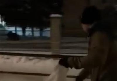 Чернівчани, не дочекавшись комунальників, самостійно піском посипають вулиці - відео