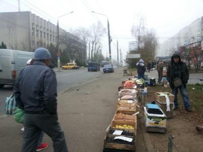 Просто розбігаються: поліція пояснила, чому процвітає стихійна торгівля у Чернівцях