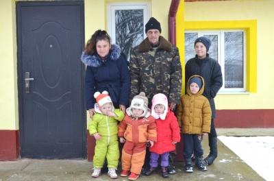 Багатодітній родині з Буковини надали будинок