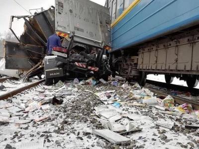 На Харківщині потяг врізався у вантажівку - фото