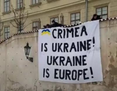 Крим - це Україна: у центрі Праги вивісили український прапор