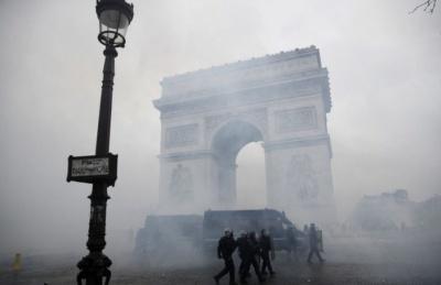 У Парижі протестувальники пошкодили Тріумфальну арку