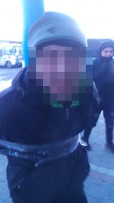 У Чернівцях ошукані водії маршруток прив'язали скотчем до труби зловмисників, які їх обкрадали - фото