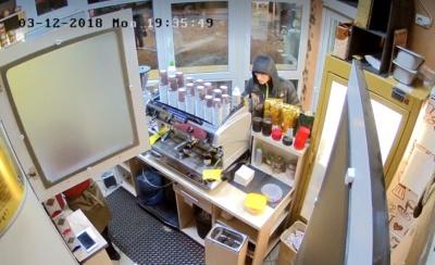У Чернівцях спритний злодій обікрав кав'ярню: з'явилося відео моменту злочину
