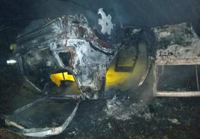 На Буковині вночі посеред дороги вщент згорів Volkswagen Golf - відео