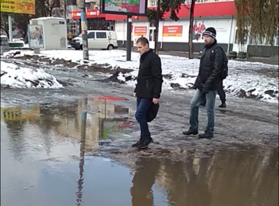 Відлига в Чернівцях: на «зебрі» на проспекті утворилось справжнє озеро - відео