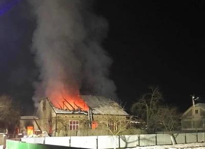 На Буковині пенсіонер травмувався у масштабній пожежі, яка виникла в його будинку