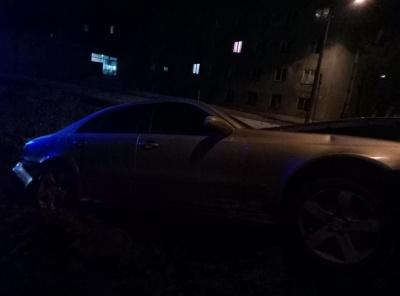 Намагався перескочити: у Чернівцях «Мерседес» злетів у яму, водій покинув місце ДТП - фото