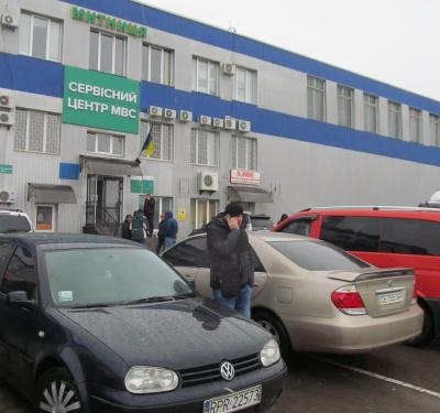 З чергами і недешево: як розмитнюють «євробляхи» на Буковині