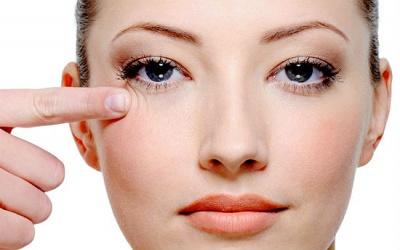 Як позбутися мішків під очима в домашніх умовах: 7 дієвих способів