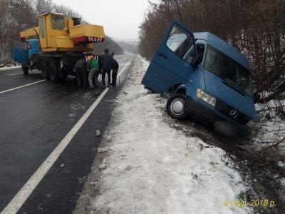 У Чернівецькій області перекинувся мікроавтобус - фото