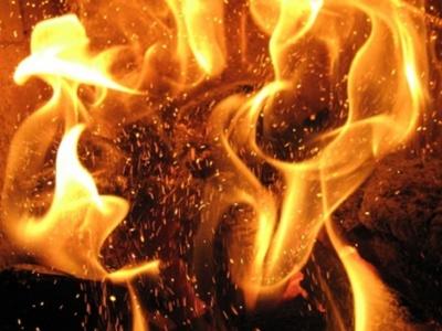 На Буковині горів гараж: масштабний вогонь знищив легковик і травмував чоловіка