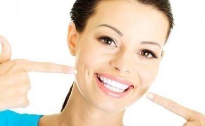 Стоматологи розповіли, як можна відбілити зуби вдома