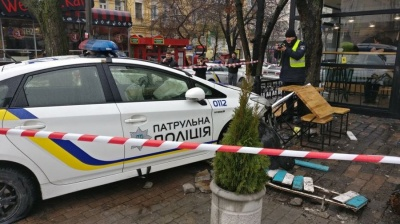 У Києві патрульна машина збила пішохода і влетіла в кафе