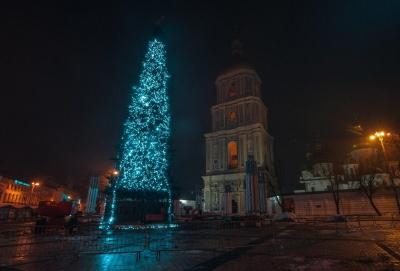 У Києві почали прикрашати головну ялинку країни - фото