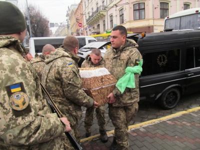 Чернівчани навколішки прощалися з бійцем Віталієм Василевським, який помер на фронті - фото