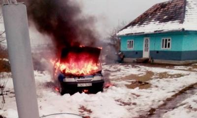 На Буковині раптова пожежа знищила легковий автомобіль - фото