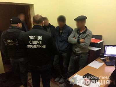 На Буковині затримали чоловіка, який пропонував хабар поліцейському - фото