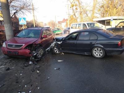 У Чернівцях зіткнулися дві автівки: на Кемпінгу рух ускладнений - фото