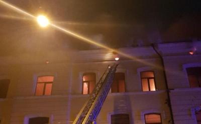 У центрі Чернівців горить будинок, мешканців евакуюють - фото