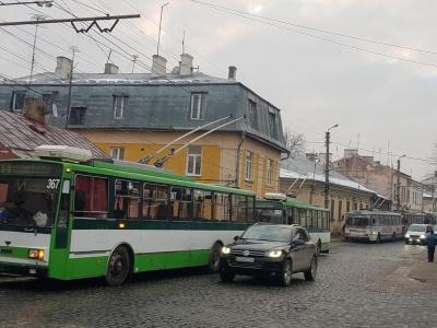 Як курсують тролейбуси у Чернівцях через пожежу в центрі міста