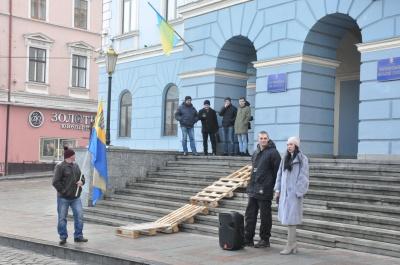 Чернівчани принесли до міськради дерев'яні палети й вимагали подбати про безпеку на вулицях